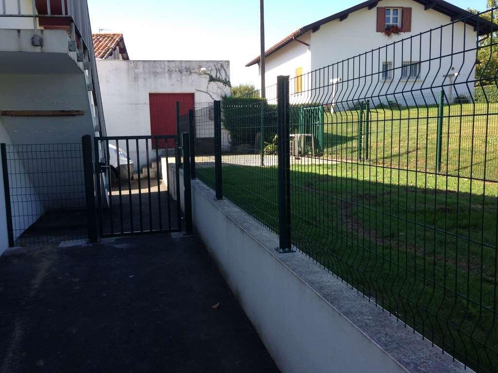 Pose clôture en panneaux soudés et portillon dans le cadre d'une sécurisation d'école.